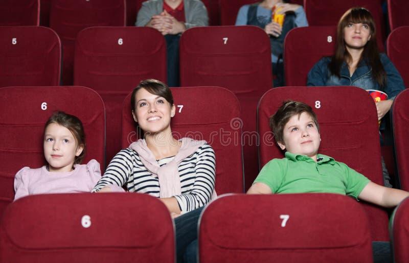 Madre y niños en la película foto de archivo libre de regalías