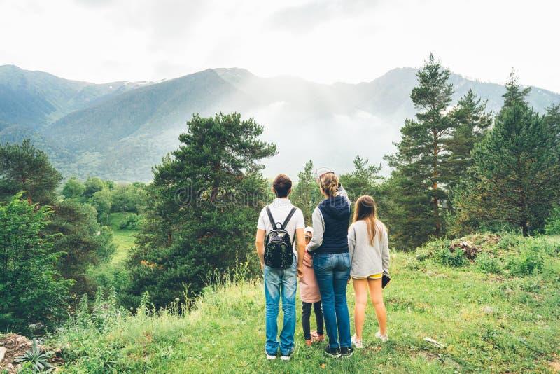 Madre y niños en las montañas contra el contexto de un paisaje imagen de archivo libre de regalías