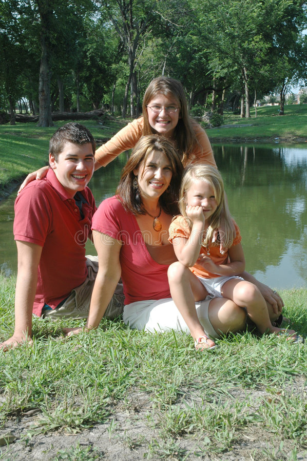Madre y niños felices fotografía de archivo libre de regalías