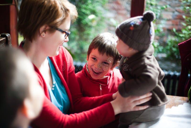 Madre y niños felices imagenes de archivo