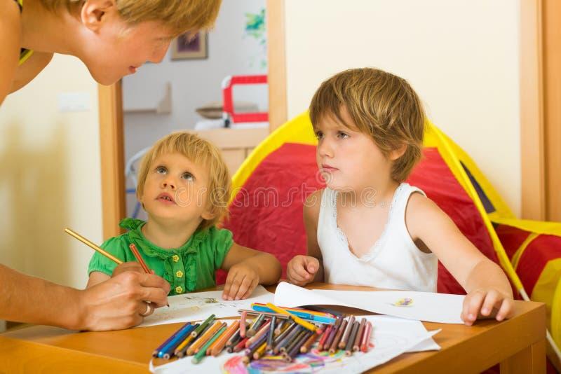 Download Madre Y Niños Que Dibujan Con Los Lápices Foto de archivo - Imagen de calma, madre: 44851700