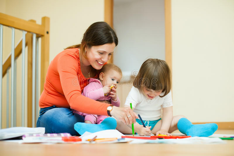 Madre Y Niños Que Dibujan En El Papel Imagen de archivo - Imagen de ...
