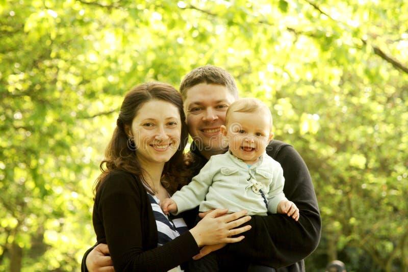Madre y padre con el bebé imagenes de archivo