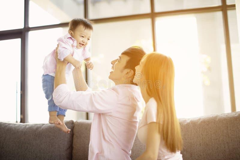 madre y padre de la familia que juegan con el bebé en casa imágenes de archivo libres de regalías