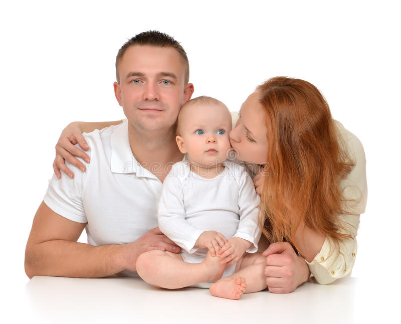 Madre y padre jovenes de la familia con el bebé del niño recién nacido foto de archivo libre de regalías