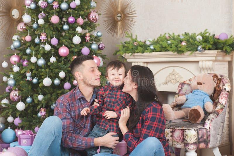 Madre y padre jovenes hermosos de la familia con poco niño en el ch fotografía de archivo