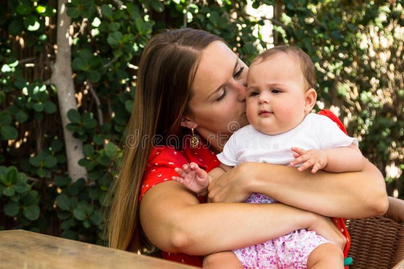 Madre y pequeño bebé lindo foto de archivo libre de regalías