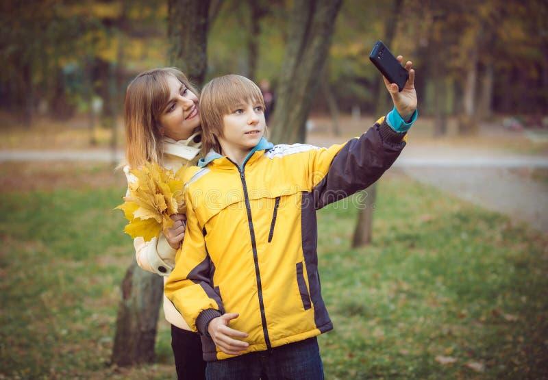 Madre y pequeño hijo en parque o bosque fotos de archivo
