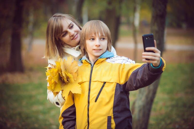 Madre y pequeño hijo en parque o bosque imagenes de archivo