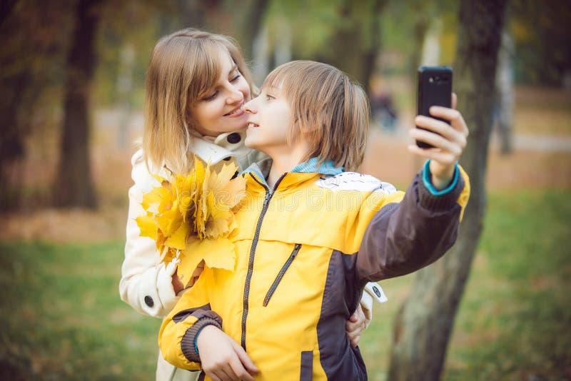 Madre y pequeño hijo en parque o bosque foto de archivo