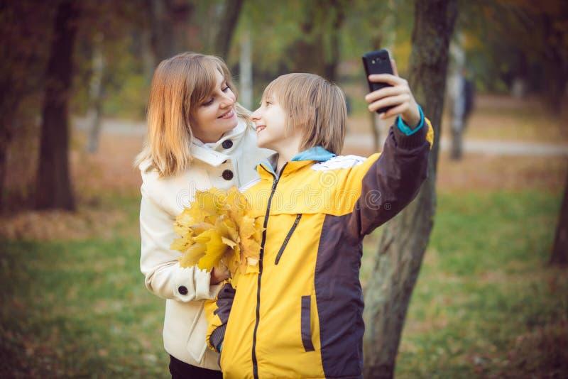 Madre y pequeño hijo en parque o bosque imagen de archivo