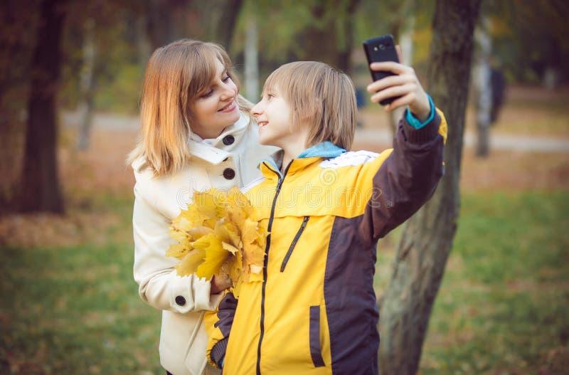 Madre y pequeño hijo en parque o bosque fotos de archivo libres de regalías
