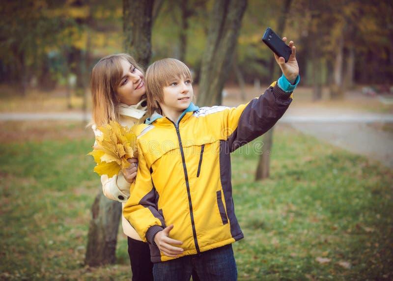 Madre y pequeño hijo en parque o bosque fotografía de archivo libre de regalías