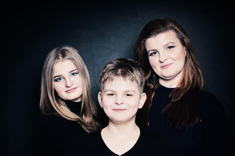 Madre y sonrisa de los niños foto de archivo