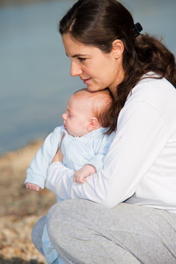 Madre y su bebé imagen de archivo