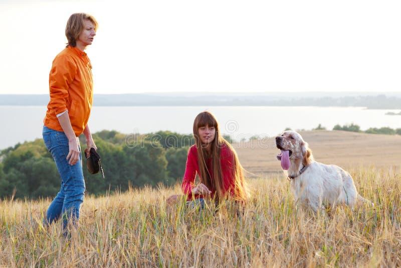Madre y su hija con el perro imagen de archivo libre de regalías