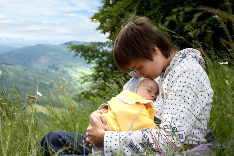 Madre y su hija durmiente imagen de archivo libre de regalías
