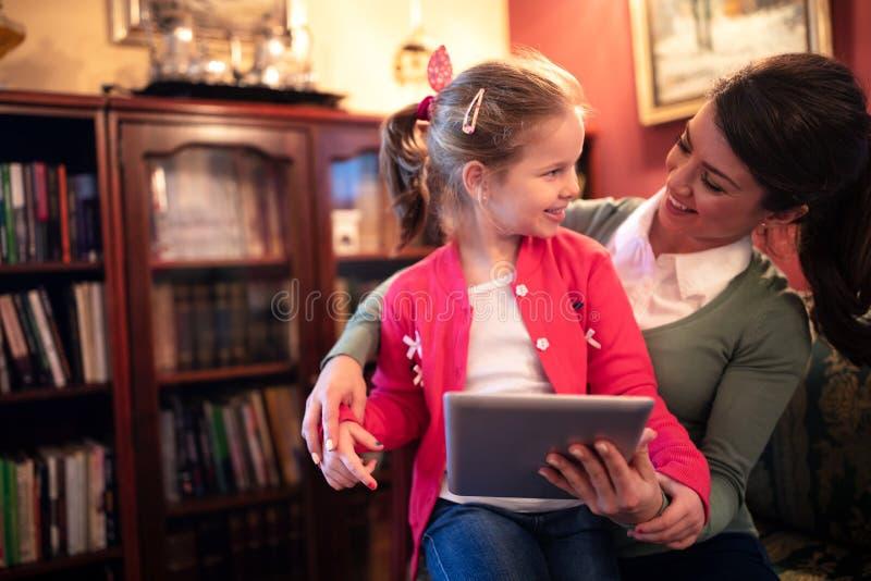 Madre y su hija junto fotos de archivo libres de regalías