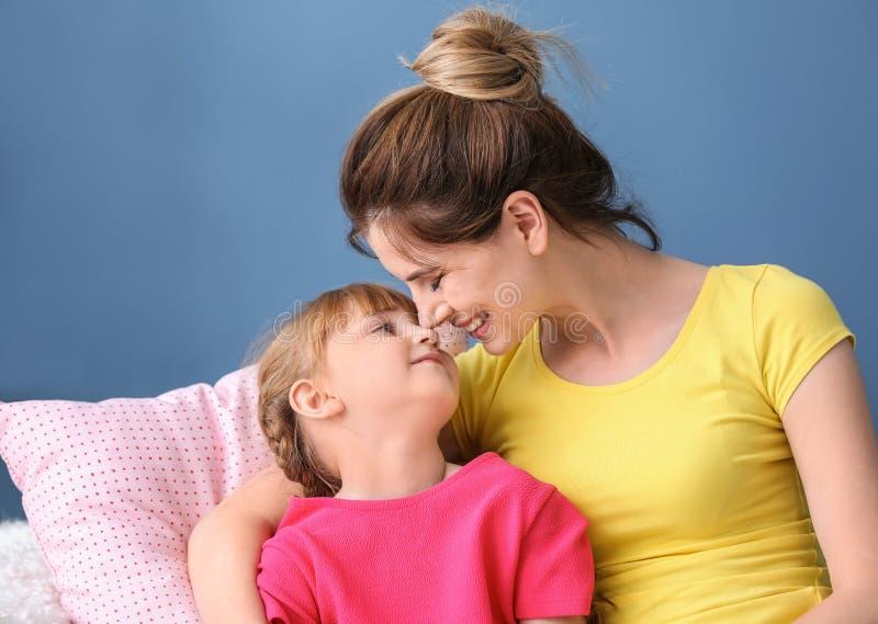 Madre y su hija que descansan junto en casa fotos de archivo libres de regalías