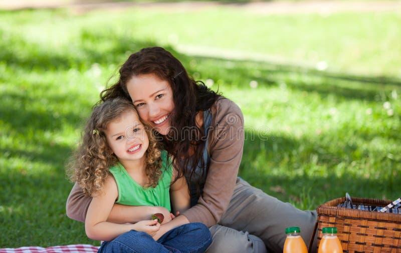 Madre y su hija que meriendan en el campo fotografía de archivo libre de regalías
