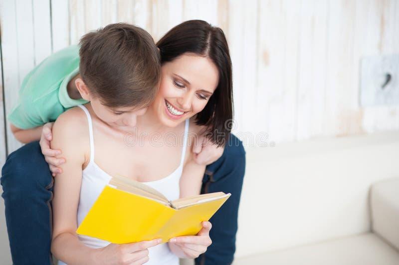 Madre y su hijo adulto junto foto de archivo libre de regalías