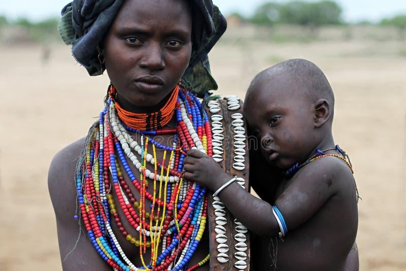 Madre y su hijo - tribu de Etiopía - de Arbore imagen de archivo