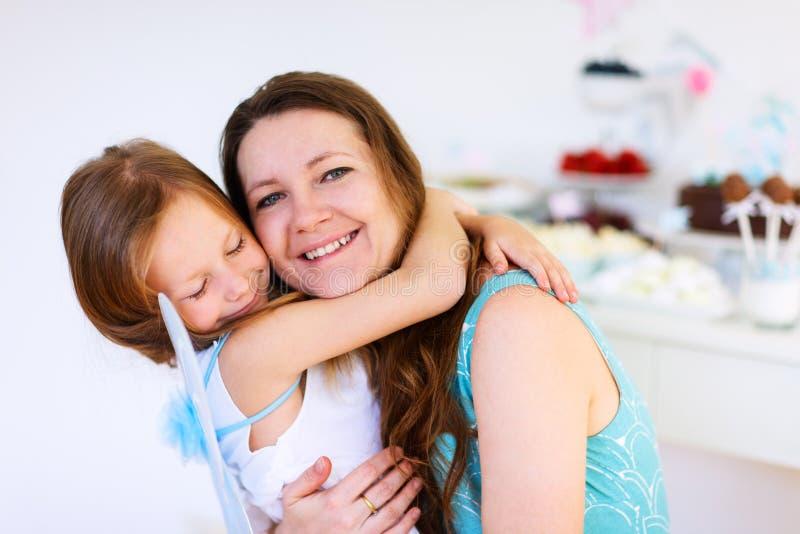 Madre y su partido de la hija del cumpleaños fotos de archivo libres de regalías