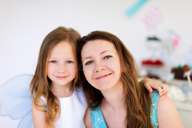 Madre y su partido de la hija del cumpleaños foto de archivo libre de regalías