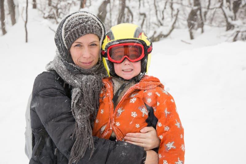 Madre y su pequeño niño junto, retrato al aire libre de la familia del invierno fotografía de archivo libre de regalías