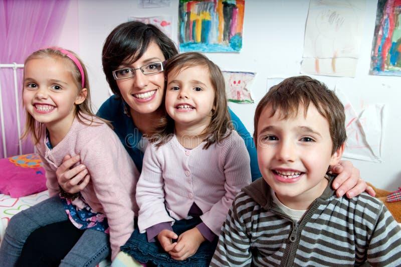 Madre y sus niños imagen de archivo