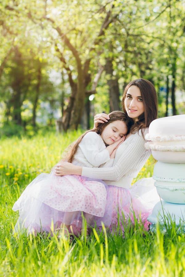 Madre y un pequeño paseo de la hija en la primavera Apple floreciente foto de archivo