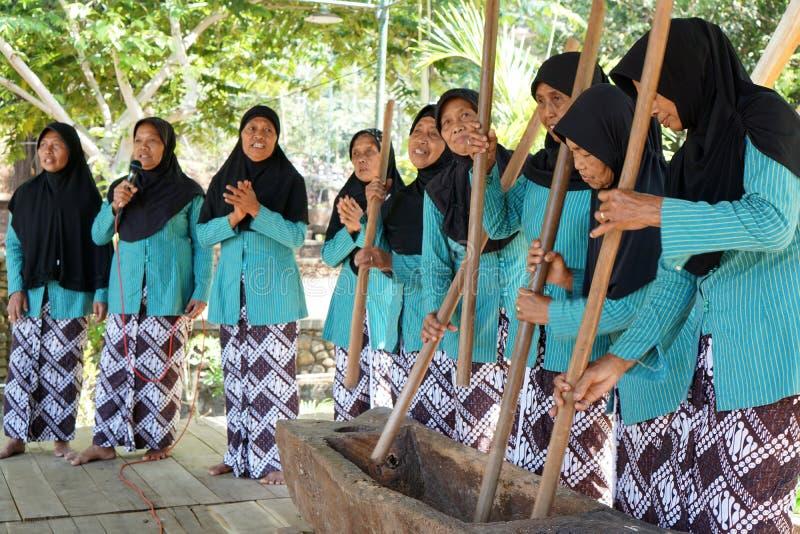 Madres de mediana edad que cantan junto acompañado por la música del mortero local del lesung en Yogyakarta, Indonesia imagen de archivo libre de regalías