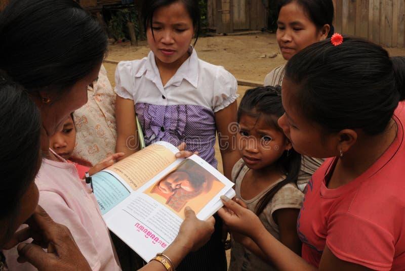 Madres y cildrens en el pueblo de Huay Daue de la prohibición en Laos del norte imagen de archivo libre de regalías