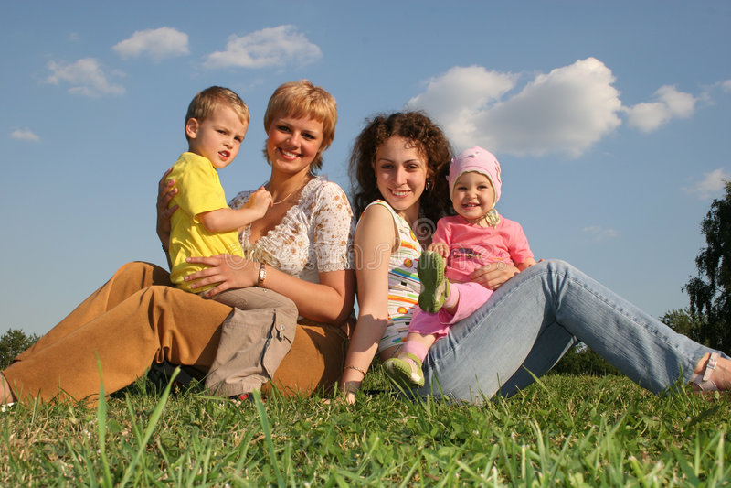 Madri con i bambini fotografie stock libere da diritti