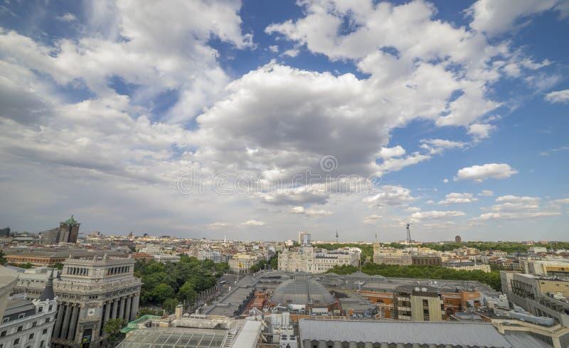 Madri do curso, arquitetura da cidade da Espanha acima de Gran através da rua da compra fotografia de stock royalty free
