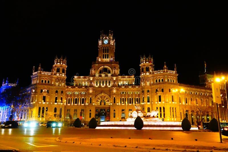 Madri, Espanha; 6 de janeiro de 2019: O palácio das comunicações e o Cybele Fountain iluminado na noite no Natal fotos de stock royalty free