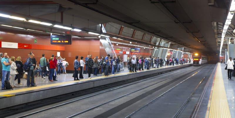 MADRI, ESPANHA - 28 DE MAIO DE 2014: Trem de espera dos povos na plataforma, Madri da estação subterrânea fotos de stock