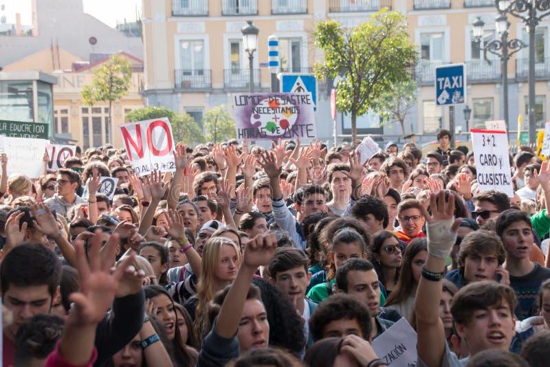 Madri, Espanha - 26 de outubro de 2016 - estudantes que mantêm as mãos acima no protesto contra a política da educação no Madri fotos de stock