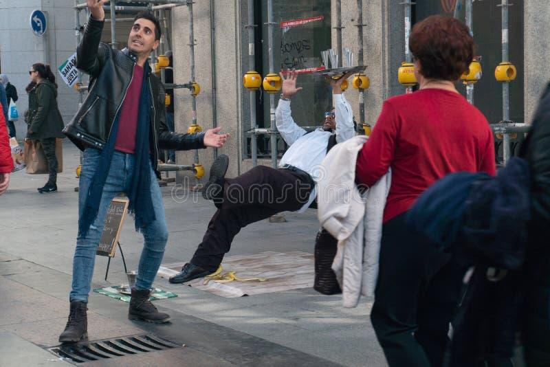 Madri, Espanha - novembro 11,2017: O homem novo não identificado toma uma foto do selfie com um executor da rua perto de Peurta d fotografia de stock royalty free