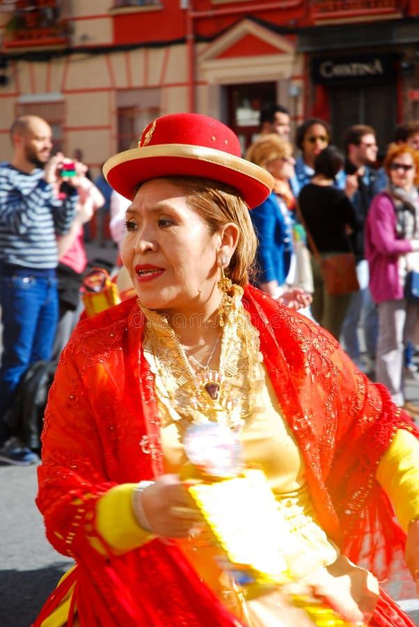 Madri, Espanha, o 2 de março de 2019: Parada de carnaval, mulher da dança boliviana do grupo da dança com traje típico fotografia de stock