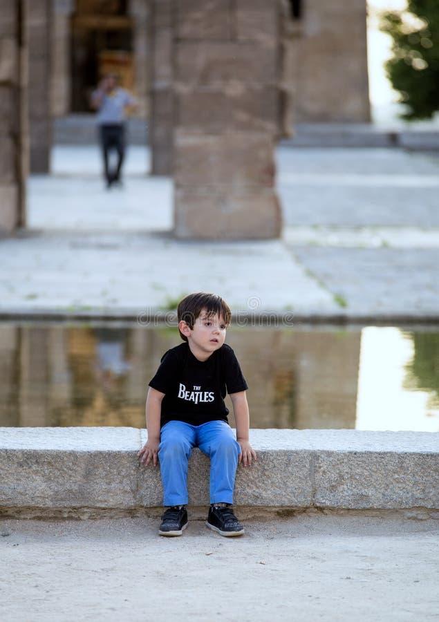 2017 05 31, Madri, Espanha Um rapaz pequeno no fundo do templo atual de Debod no Madri Sightseeing da Espanha fotografia de stock