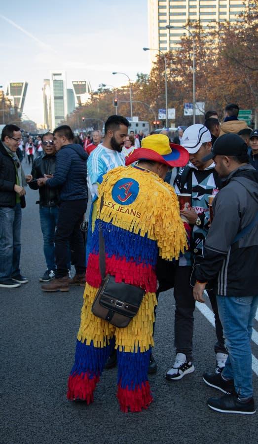 MADRI, O 9 DE DEZEMBRO - seguidor colombiano no final da Copa Libertadores no estádio de Bernabéu imagem de stock