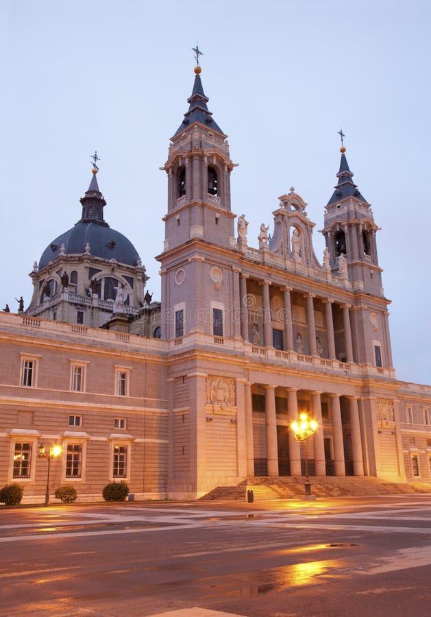 Madrid - Almudena domkyrka arkivfoto