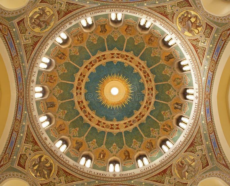 Madrid - cupola del mosaico di Iglesia de San Manuel y San Benito dall'architetto Fernando Arbós fotografia stock