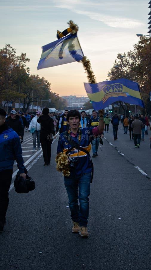 MADRID, 09 DECEMBER - Boca Junior-aanhangergolven zijn vlag in def. van Copa Libertadores bij het Bernabéu-stadion stock foto's