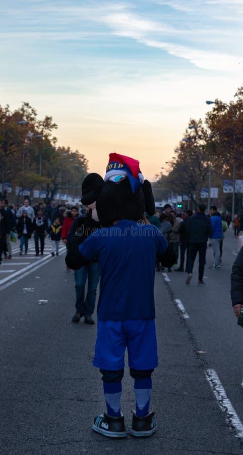 MADRID, 09 DECEMBER - Boca Juniors-aanhanger als Mickey Mouse in def. van Copa Libertadores bij Bernabéu-Stadion wordt vermomd d royalty-vrije stock afbeelding