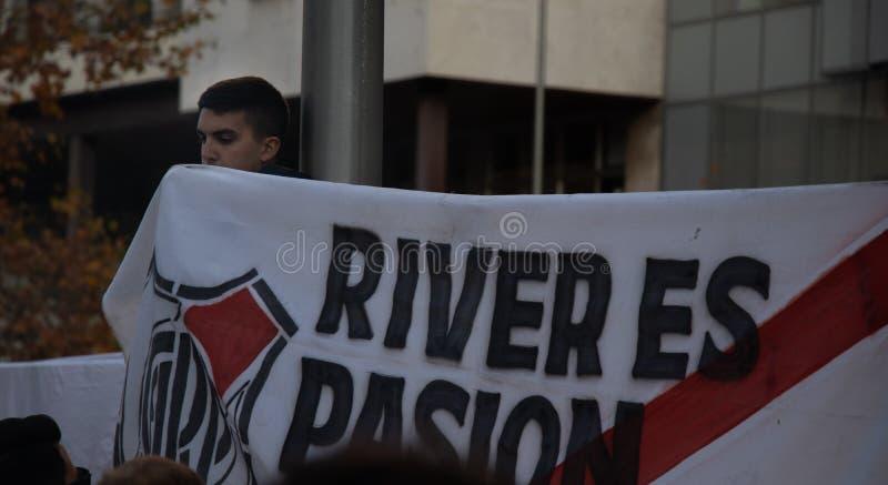 MADRID DECEMBER 09 - den River Plate anhängaren med ett baner, som läser floden, är passion i finalen av Copaet Libertadores på fotografering för bildbyråer