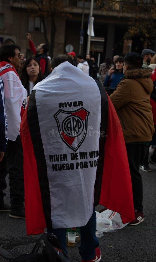 MADRID DECEMBER 09 - River Plate anhängare med en flagga i finalen av Copaet Libertadores på den Bernabéu stadion arkivfoto