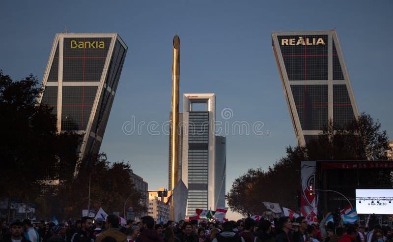 MADRID DECEMBER 09 - River Plate supportrar firar på den Castellana gatan i finalen av Copaet Libertadores arkivfoto