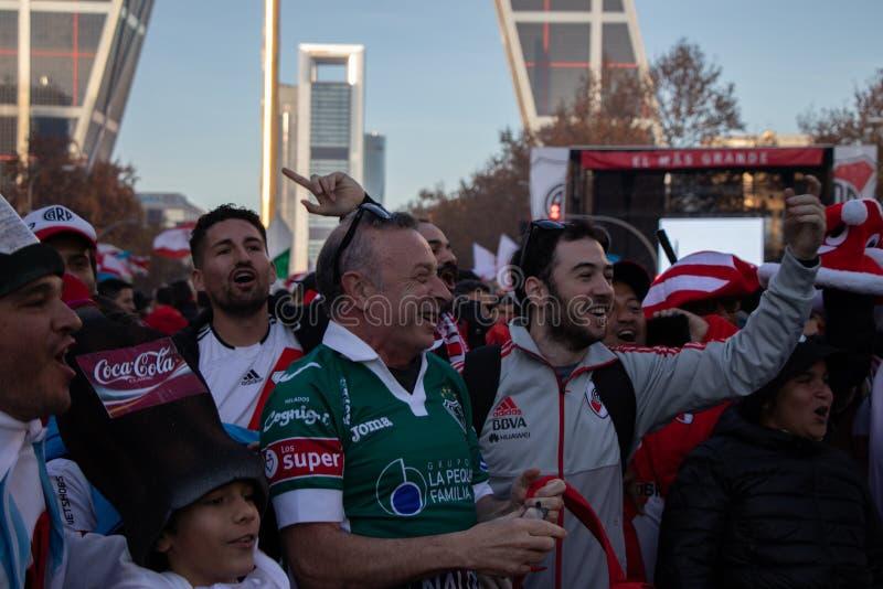 MADRID DECEMBER 09 - River Plate supportrar, innan att skriva in finalen av Copaet Libertadores på den Bernabéu stadion, framme arkivbilder